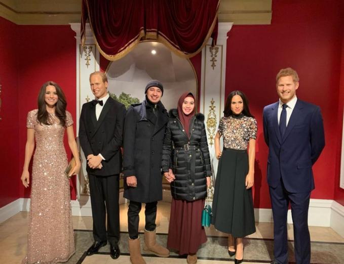 Nggak lupa juga untuk berpose dengan patung lilin keluarga kerajaan Inggris.
