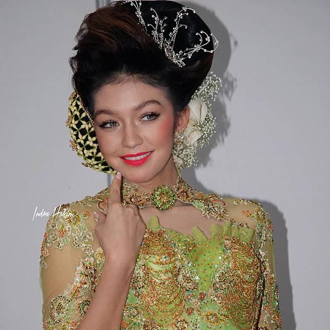 Gigi Hadid waktu ikutan fashion show kebaya di mall :)