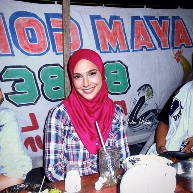 Saat Gal Gadot tertangkap kamera lagi makan di lalapan khas Lamongan. Pakai hijab cantik juga ya.