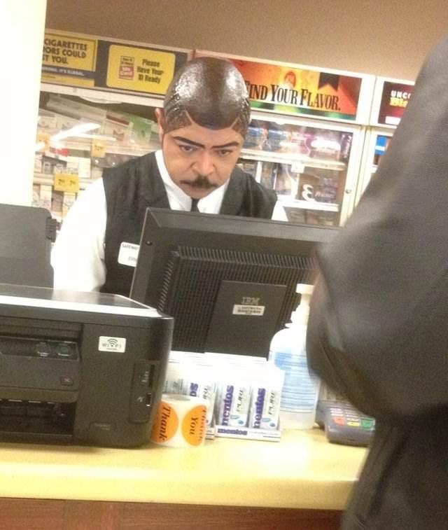 Waduh, itu bapaknya lagi frustasi atau gimana? Gaya rambutnya aneh banget!