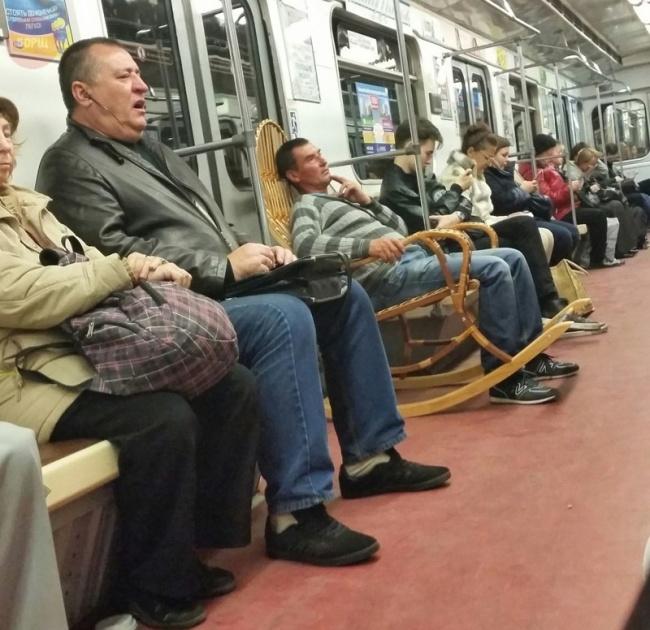 Si bapak keseringan ga dapet tempat duduk nih di kereta, jadinya bawa kursi sendiri deh, praktis!
