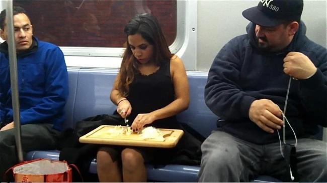 Aduh mbak, buru-buru banget ngantor ya sampe motong sayuran aja harus di kereta. Duh!