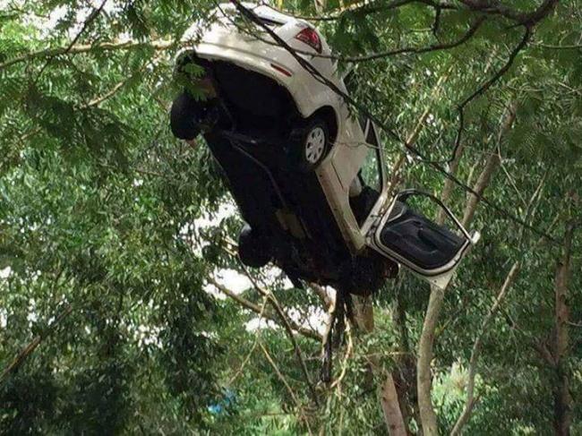 Kalo yang ini sih gabisa positive thinking sih, ya masa iya itu mobil bisa nyangkut diatas pohon. GIMANA CARANYAAA?