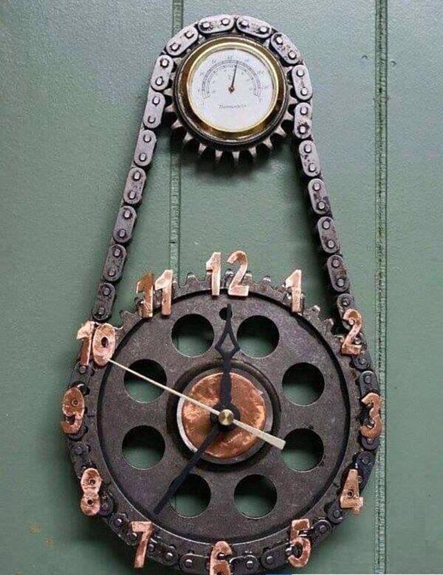 Jam dinding dari rantai dan gir yang cocok dipajang di dinding ruang tamu.