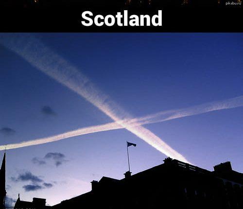 Dua asap yang saling silang di atas langit biru seolah mirip dengan motif bendera Skotlandia.