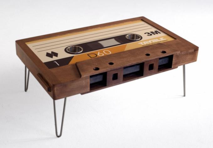 Buat yang kangen dengan nuansa klasik, meja berbentuk kaset pita mungkin bisa sedikit mengobati kerinduan kalian ya.