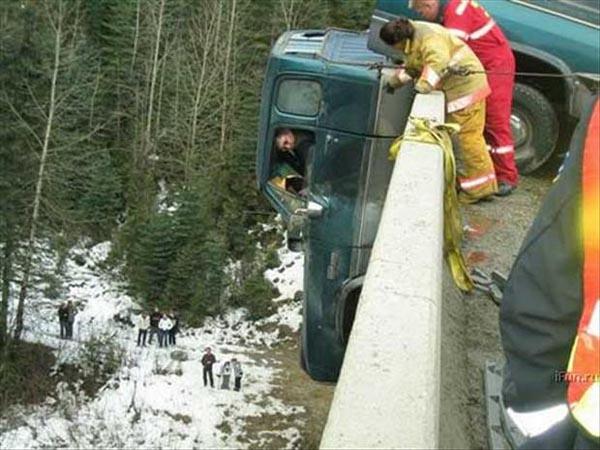 Para petugas pemadam kebakaran nampak sedang menenangkan sopir truk yang lagi panik Pulsker. Sementara petugas lainnya mencoba menderek dari belakang.