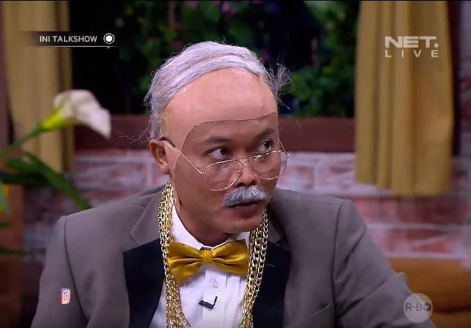 Bahkan si Sule pernah berdandan mirip sama Fredrich Yunadi, pengacara Setya Novanto gengs. Top deh buat Kang Sule, komedian sekaligus selebritis serba bisa tanah air.