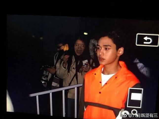 Dikira memakai rompi tahanan KPK, tapi ternyata cowok ini adalah Oppa Korea :D