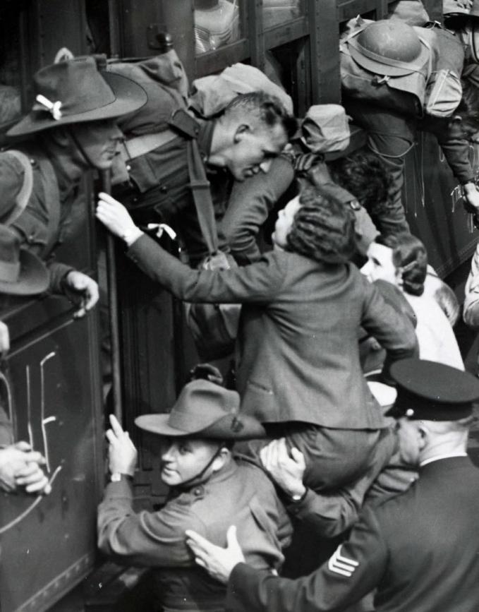 Para ibu, kekasih, dan kerabat berdesakan saat melepas kepergian orang yang mereka sayang ke garis depan tahun 1940-an.