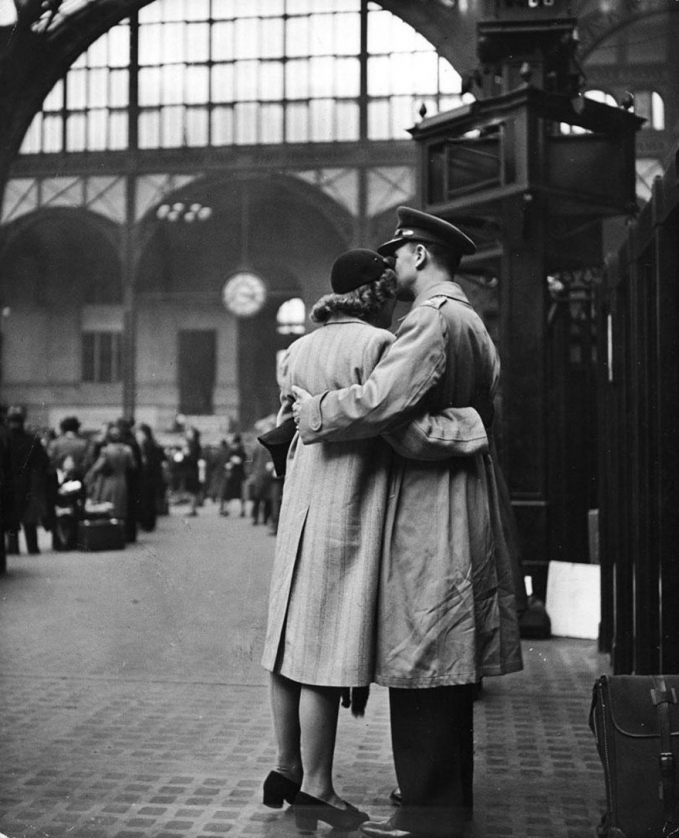 Pasangan lainnya di stasiun New York yang tertangkap kamera fotografer kala itu.