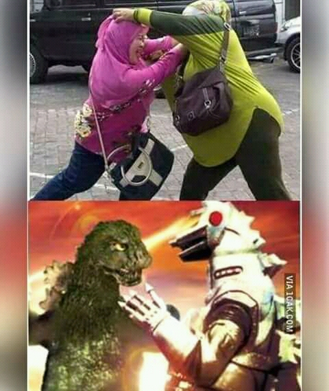 Pas lagi ngeliat emak-emak berantem, serasa ada dua kekuatan super yang lagi bertarung gaes. Emang deh, dunia film nggak ada matinya dan bisa menginspirasi siapa saja.