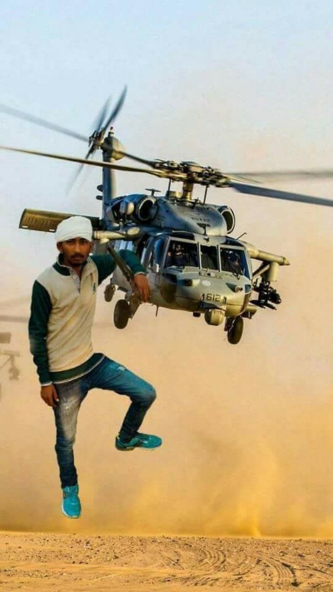 Kalah nih Superman, dengan santainya pria ini berpose di helikopter militer lho.