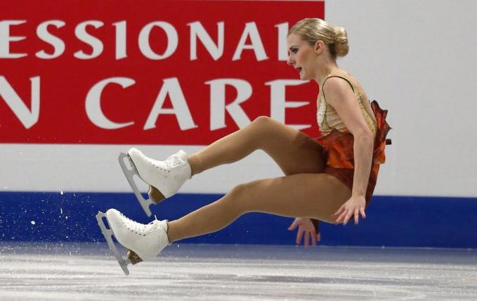 Detik-detik atlet ice skating Isabelle Olsson gagal saat menunjukkan aksinya. Namun, dia berusaha untuk tetap santai dan nggak gugup gengs. Wah, salut deh buat atlet-atet wanita ini ya Pulsker. Walaupun gagal tapi aura kecantikannya nggak hilang. Dan bagi atlet berprestasi, kegagalan bukanlah akhir segalanya sob. Tapi untuk memacu diri menjadi lebih baik lagi. Satu contoh yang patut kita tiru nih dalam kehidupan.