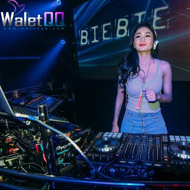 2. DJ Bibie Julius Bibie Julius, atau nama aslinya Nadia Ervina, adalah salah satu model majalah pria di Indonesia. Karena tubuhnya yang seksi, ia sering tampil di klub ternama, seperti Titanium Batam, Lips Bogor, dan Crown Samarinda.