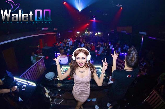 3. DJ Lala Tila Wanita yang satu ini merupakan salah satu DJ paling populer di Bandung. Di sering tampil di Sobbers, Revel, Hollywood Bar, dan lainnya. Tak hanya di Bandung, DJ Lala juga kerap tampil di luar kota, seperti Jakarta dan Surabaya. Selain menjadi seorang DJ, Lala juga aktif tampil sebagai model.