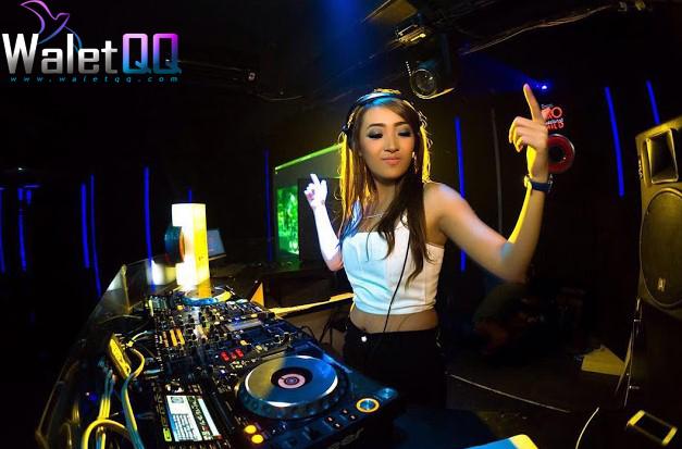 4. DJ Sofia Sovia Aktif menjadi DJ, rupanya dara cantik ini memegang gelar Sarjana Psikologi. Sama dengan DJ Lala, ia juga sangat populer di Bandung. DJ ini memiliki kemampuan yang luar biasa baik di belakang dek sebagai DJ dan di depan kamera sebagai model.