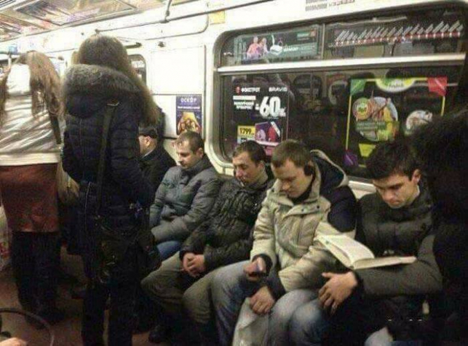 Masa diantara banyak pria di kereta ini nggak ada satu pun yang mau ngalah?.