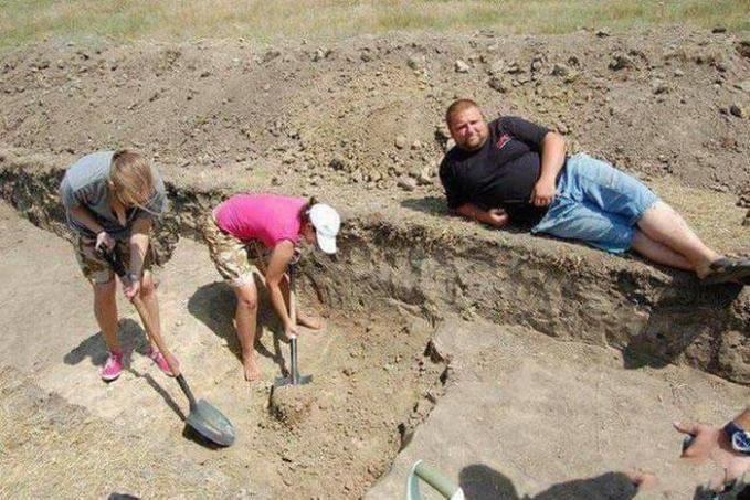 Enak bener dia bisa santai sementara dua orang cewek suruh nyangkul tanah.