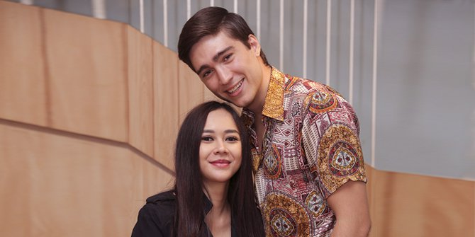 Aura Kasih Eryck Amaral menadi tambatan hati Aura Kasih, dan melakukan prosesi kawin sirri di Bangkok, dan ternyata Eryck ini adalah seorang duda dan sudah mempunyai seorang anak hasil pernikahan pertamanya di Brazil.