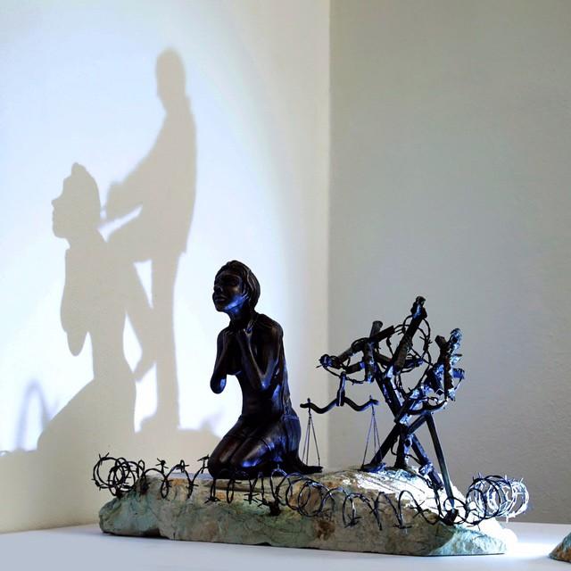 Dengan kreativitasnya Giray berhasil membuat bayangan dua orang, padahal realitanya orangnya hanya satu.