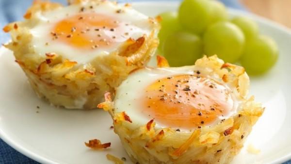 Hashbrown Makanan yang berbahan dasar kentang ini sangat mudah dibuat dan bisa dikombinasi dengan telur, selain itu juga makanan ini nggak ribet saat memakannya tapi dijamin perut kamu nggak mudah lapar.