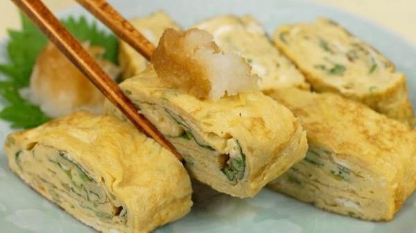 Dadar Gulung Nasi Makanan berbahan dasar telur ini dikombinasi dengan nasi kemudian di gulung hingga mirip dengan sushi, taoi dijamin bikin perut kamu kenyang.