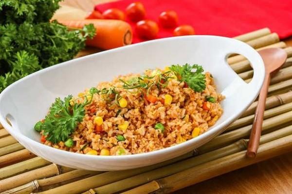 Nasi Goreng Makanan ini bisa dibuat oleh siapa saja, apalagi sekarang ada bumbu saji yang langsung bisa dicampurkan dengan nasi saat menggorengnya.