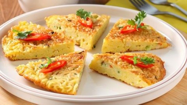Omlet Cara membuatnya yang mudah, bikin makanan ini menjadi favorit banyak orang. tinggal campurkan mie goreng yang sudah matang dengan kocokan telur, lalu digoreng deh.