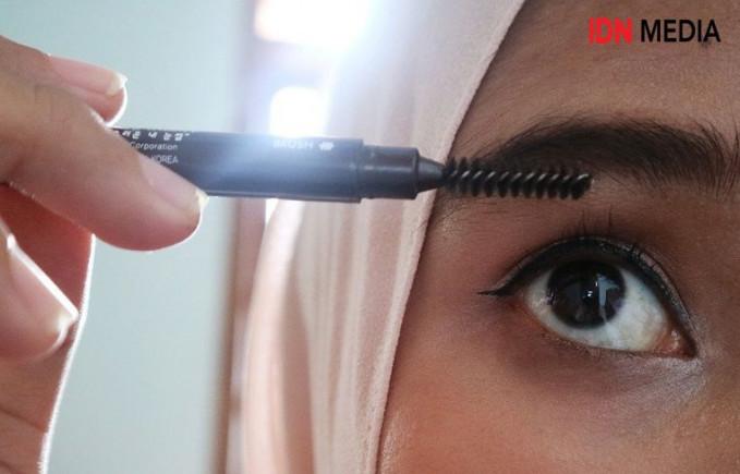 Jika bentuk alis terlalu tebal, tinggal gunakan cutton bud untuk mengurangi ketebalan make up alisnya.
