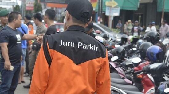 Tukang Parkir Saat kita mearkir mobil atau motor kita, gimana jadinya jika nggak ada tukang parkir. Pasti saat kita jauh dari mobil atau motor kita akan selalu kepikiran.