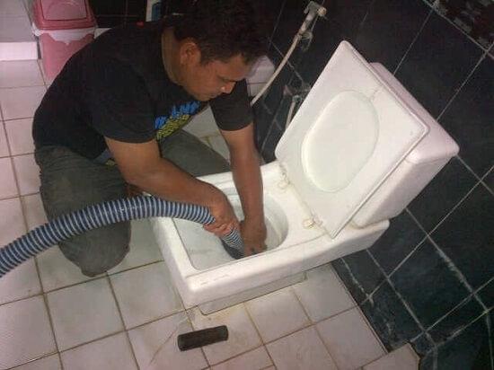 Tukang Sedot Wc Memang profesi ini berhubungan dengan kotoran manusia, tapi jika nggak ada tukang sedot WC, pasti kita akan membangun WC baru lagi dan pastinya membutuhkan biaya yang banyak.