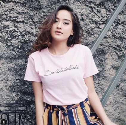 Salshabillah Cewek yang tinggal di Jakarta Selatan ini sudah menjadi artis sebelum ngevlog dan populer di youtube.
