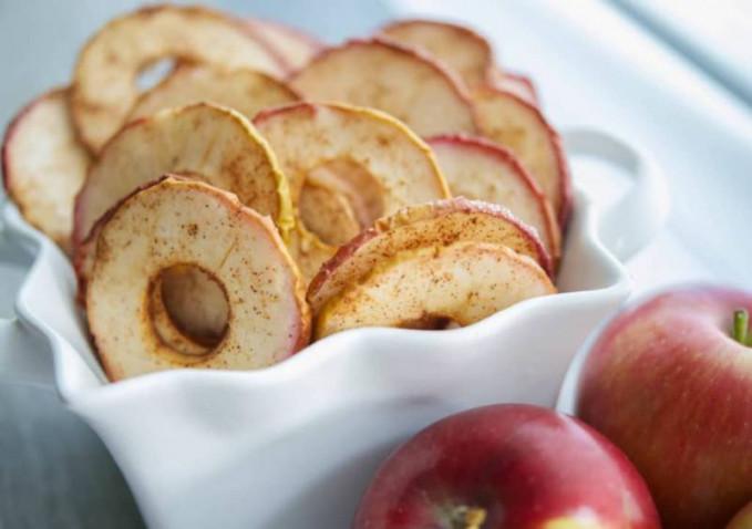Apel Buah apel ternyata bisa dijadikan keripik, dengan ras gurih, renyah, dan rasa asam khas buah apel pasti bikin nagih.