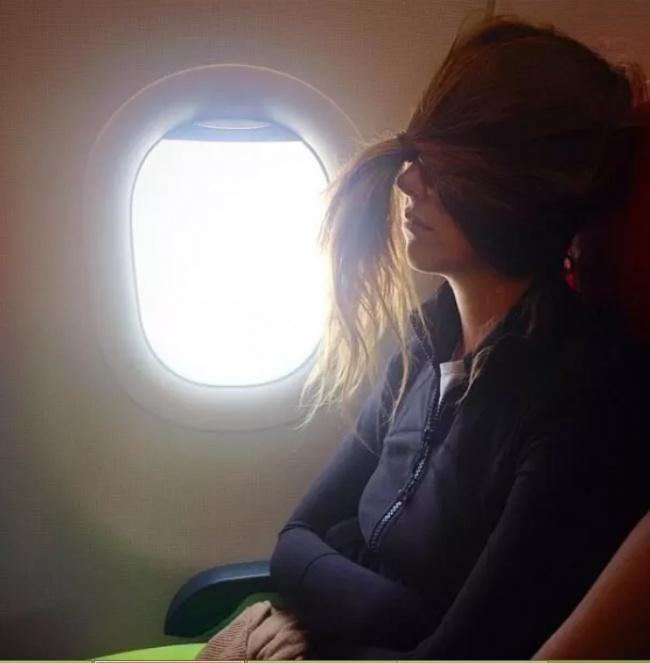 Enaknya punya rambut panjang bisa dibuat penutup mata saat tidur.