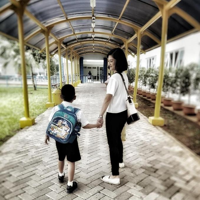 Meskipun sibuk Dian Sastro masih menyempatkan diri untuk mengantar anaknya ke sekolah
