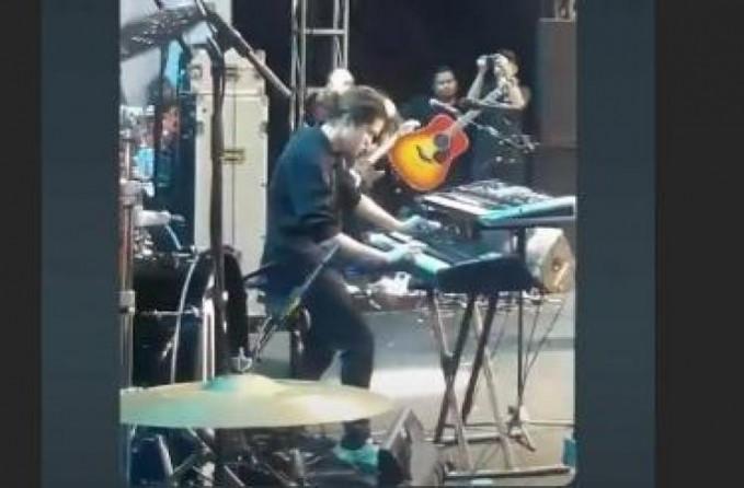 Kaki ditekuk posisi wajah menatap ke keyboard dengan serius merupakan ciri khas Dhani banget.