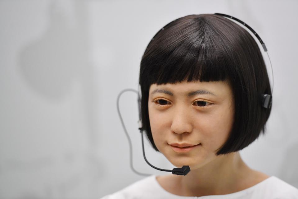 Robot Komodoroid Robot cantik ini diciptakan untuk menjadi presenter dan membaca karya ilmiah, bahkan robot ini bisa meniru suara wanita dan laki - laki bahkan mahir dalam membaca prakiraan cuaca.