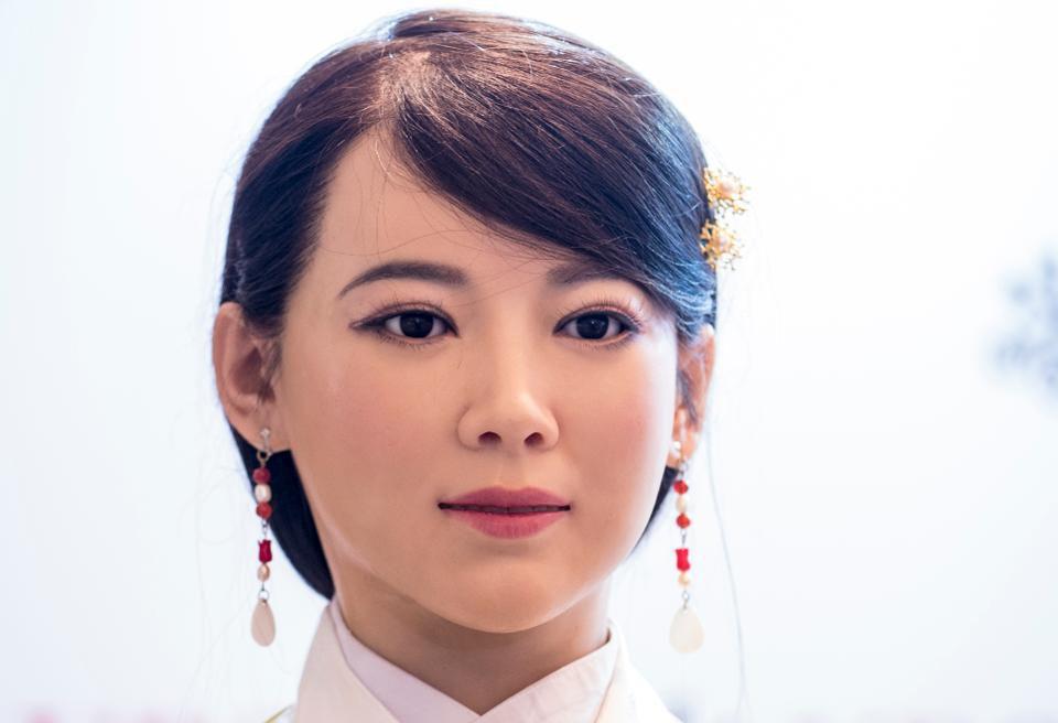 Robot Jia Jia Robot ini diciptakan untuk mengganti tugas manusia di masa yang akan datang, bahkan robot ini bisa berkedip, mengangguk, dan menjawab pertanyaan.
