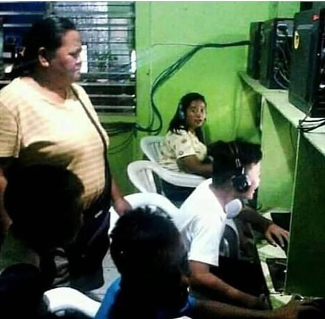 Betapa mulianya, ibu ini nungguin anaknya yang sedang mabar game online di warnet.