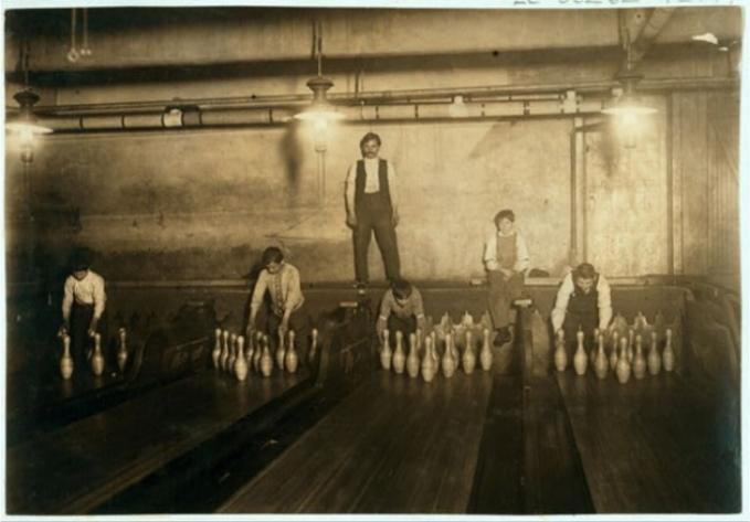 Sekarang sih main bowling enak, pin jatuh tinggal ditata otomatis. Nah, kalau dulu ada pekerjanya yang khusus mengembalikan pin pada posisi semula, menghitung berapa pin yang jatuh dan mengembalikan bola pada pemain.
