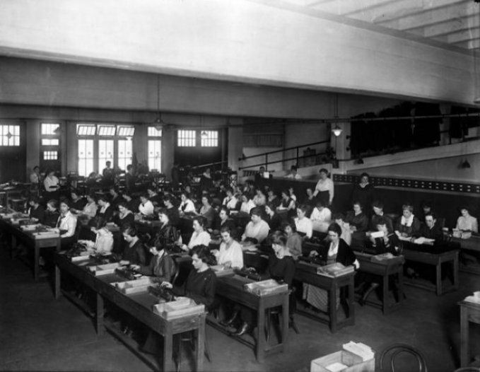 Ini adalah pekerjaan di bidang komputer zaman dulu. Jangan samakan seperti sekarang, komputer dulu adalah pekerjaan matematis mulai dari mengurangi, menjumlah dan menganalisa data secara manual lho. Lambat laun, mereka mulai terbantu dengan bantuan kalkulator.