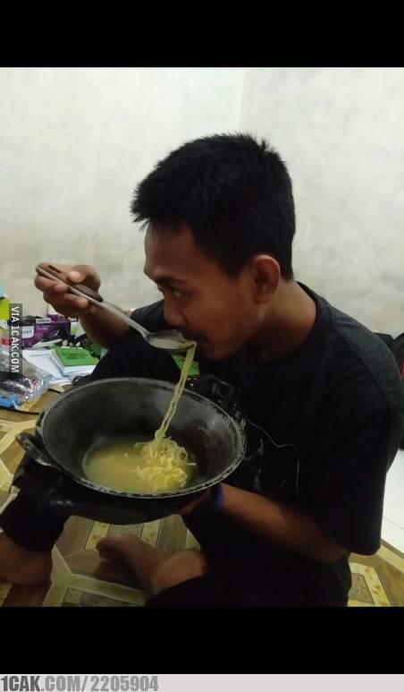 Biar hemat sabun cuci piring, jadi makan dengan wajannya aja sekalian :D