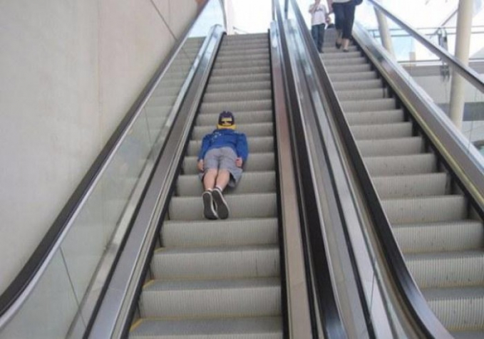 Jangan tiru aksi pria ini saat kalian berada di eskalator bandara atau dimanapun. Bisa bahaya lho sob.