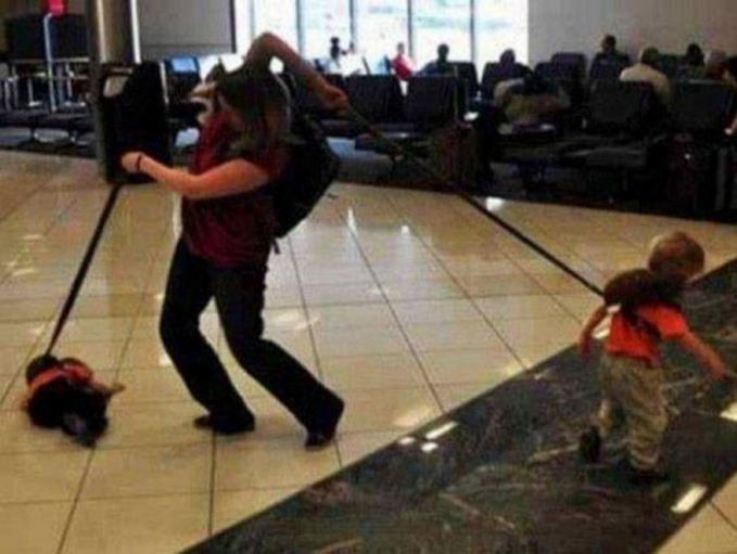 Biar anaknya nggak hilang pas di bandara, ibu ini punya cara unik Pulsker dalam menjaga kedua anaknya.