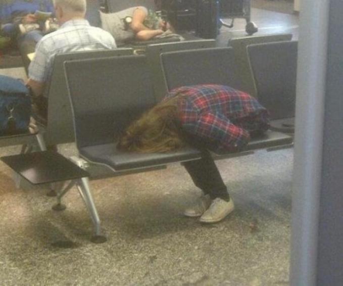 Menunggu memang hal paling nggak enak banget ya guys. Apalagi kalau nunggu delay pesawat sampai berjam-jam, bisa ngantuk.