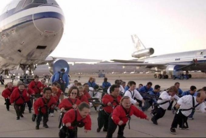Para orang-orang bertubuh mini sedang berusaha bersatu padu menarik sebuah pesawat. Itu dia Pulsker beberapa kejadian lucu yang tertangkap kamera di bandara. Kalian pernah ngalamin atau ngeliat juga nggak hal kocak saat di bandara?.