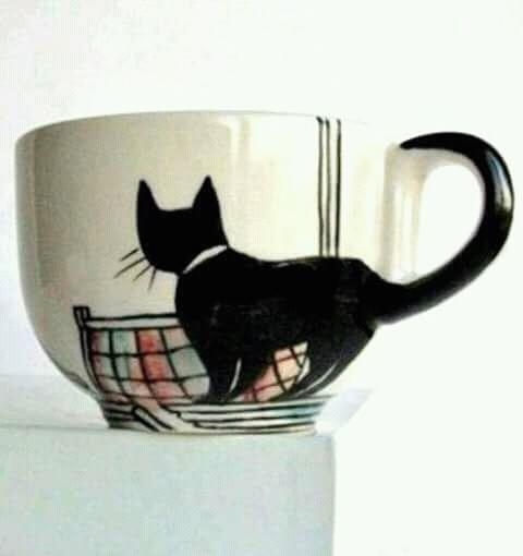 Si kucing hitam dengan ekor menjulang yang nggak kalah imut.