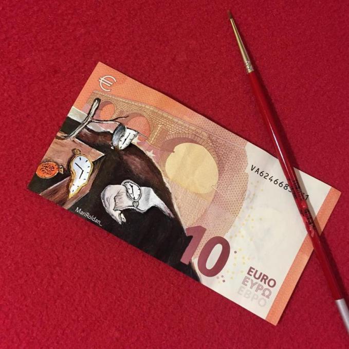 Roldan melukis uang kertas nggak asal-asalan lho gengs, dia memilih gambar-gambar ikonik yang sering kita lihat.