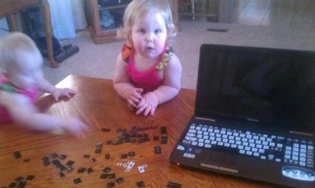 Kalau gini caranya si ayah nggak bisa kerja lagi deh tau tombol keyboardnya diobrak-abrik.